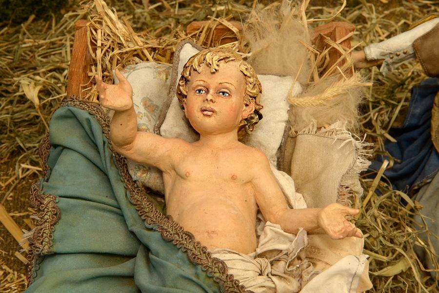 Angela Tripi, Natività, terracotta, stoffa, materiali organici vegetali, vetro. particolare Bambin Gesù Palermo PH Massimo Torcivia