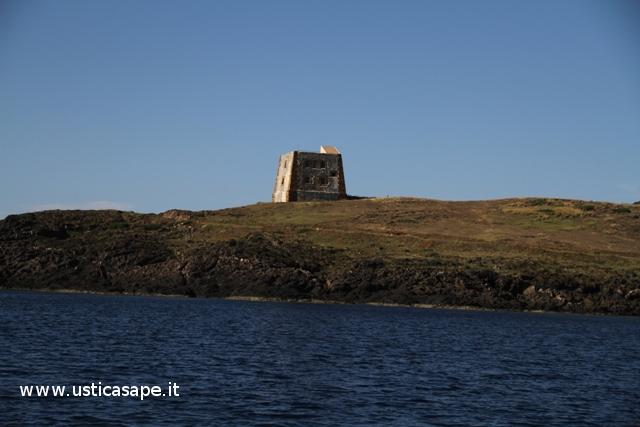 Ustica, torre dello Spalmatore vista dal mare
