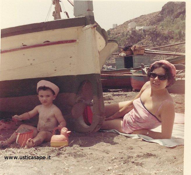 Il piccolo Giorgio Campolo con la mamma