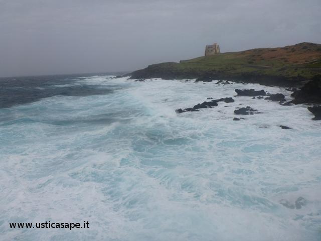Ustica, Torre dello Spalmatore - mare molto mosso