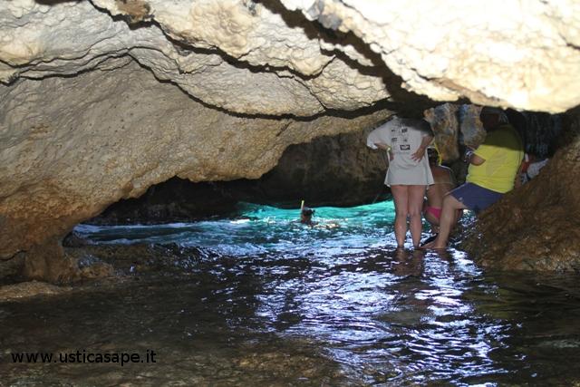 un bagno con maschera nella grotta segreta