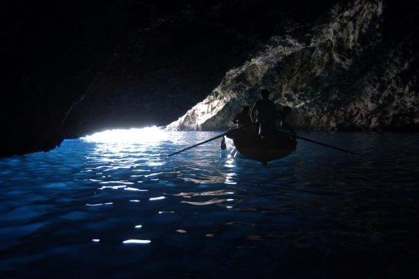 Ustica, visita alla grotta azurra