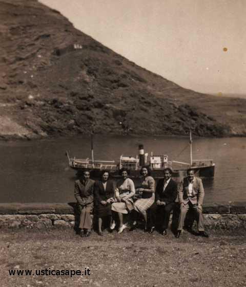 Foto ricordo con vecchia nave Ustica