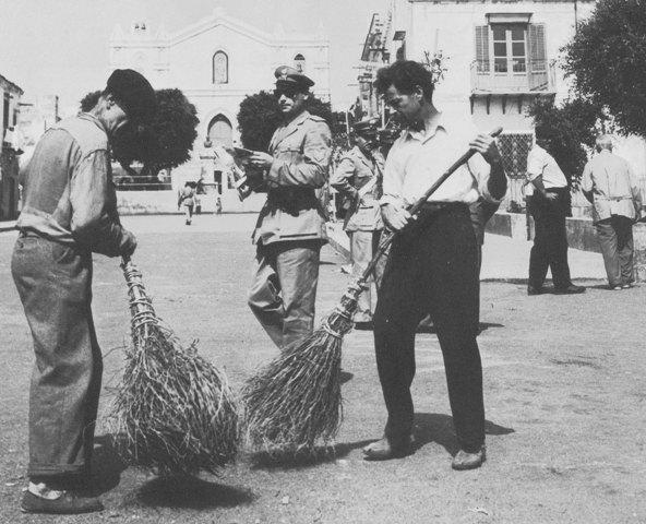 Ustica, pulizia della piazza 1950