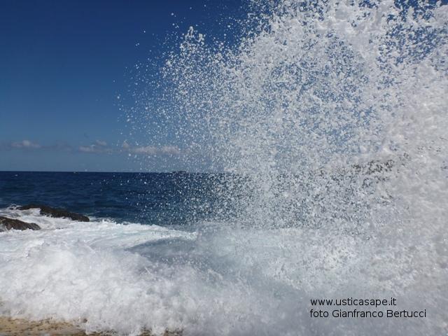 Ustica, mare mosso al solarium dello spalmatore