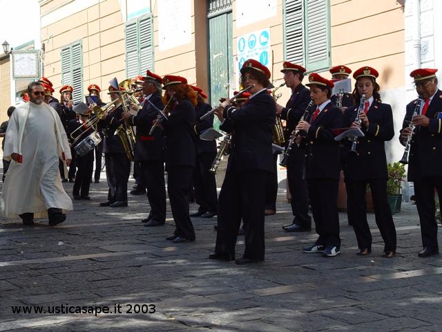 Ustica, Padre Alessandro Manzone passa in rassegna la Banda Musicale
