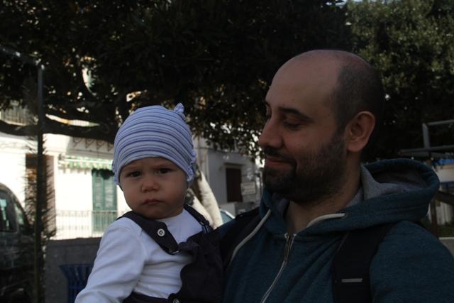Sguardo amorevole del papa' verso il figlio