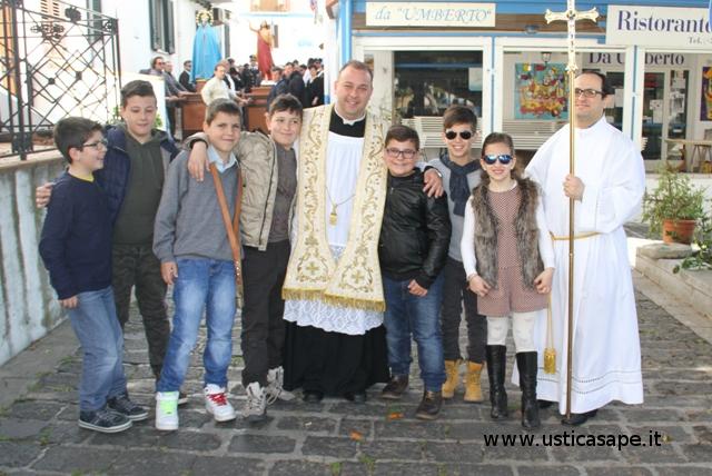 Ragazzi, una foto con il parroco