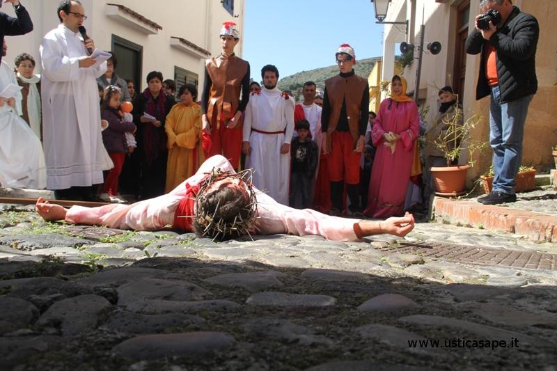 Venerdì Santo Animato da ragazzi per le strade di Ustica per ricordare la Passione di Gesù – 2016