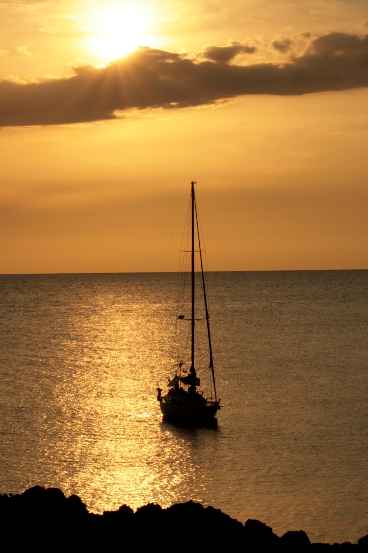 Tramonto con barca a vela