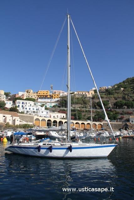 Barca a vela nella cala