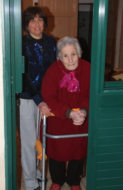 Nonna Rosina aspetta passaggio Processione