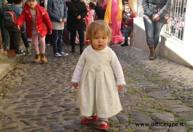 Celeste precede la Processione