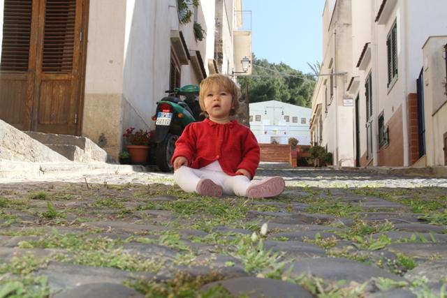 Celeste si gode la tranquillità delle strade di Ustica