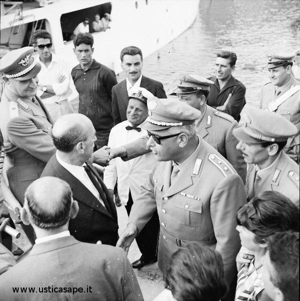 Arrivo ad Ustica autorita' militari