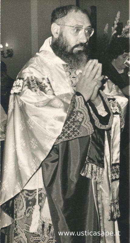 Padre Carmelo in preghiera
