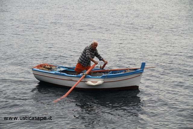 Anziano pescatore pratica pesca traino