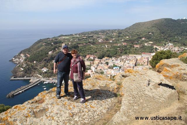Ustica, panorama con i coniugi Orsolini