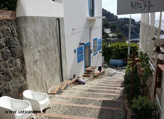 scalinata che porta al porto