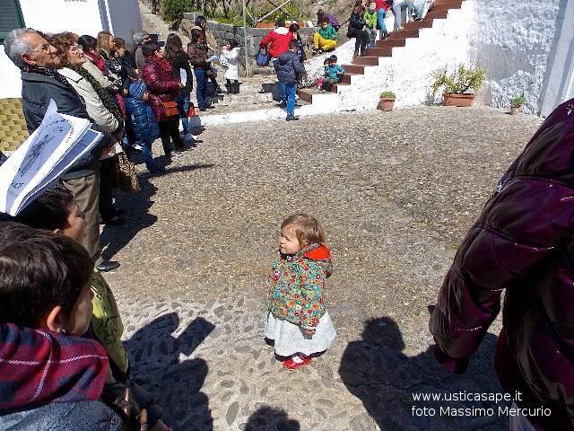Bambina molto attenta ai canti della Cerimonia Religiosa