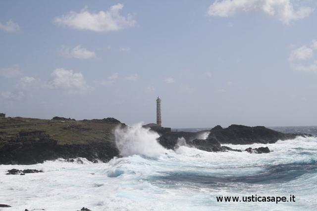 Ustica, cattivo tempo zona Faro Punta Cavazzi