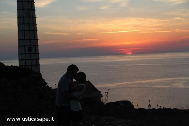 innamorati di Ustica, un bacio al tramonto