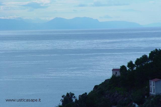 Da ustica una giornata limpida con la visibilità delle montagne della Sicilia