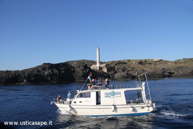 Faro Punta Cavazzi con Barca