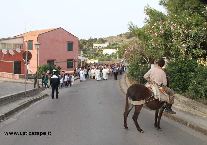 Ustica, Processione Corpus Domini con spettatore inaspettato
