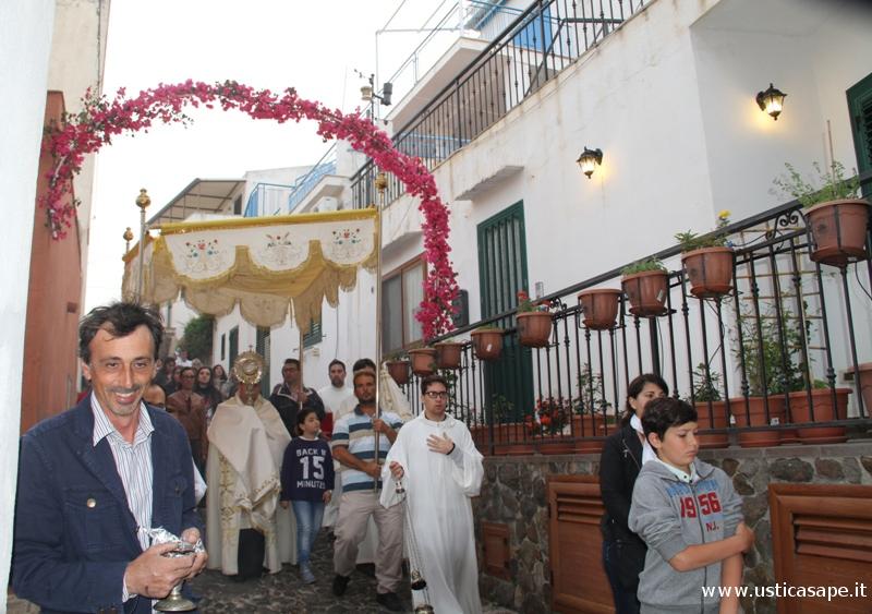 Arco di fiori allestito per onorare il pasaggio del Corpus Domini