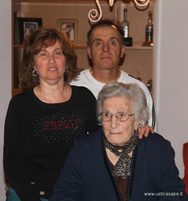 L'elegante centenaria Rosa Picone Famularo in attesa del passaggio della processione