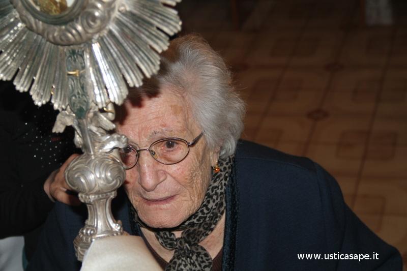 A nonna Rosa una benedizione con preghiera