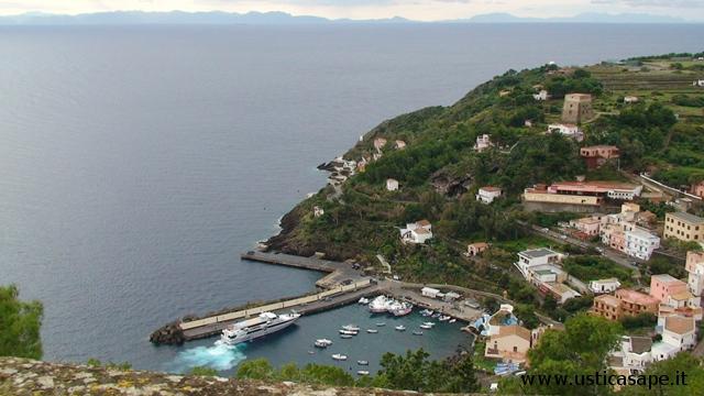 Porticciolo con montagne Sicilia