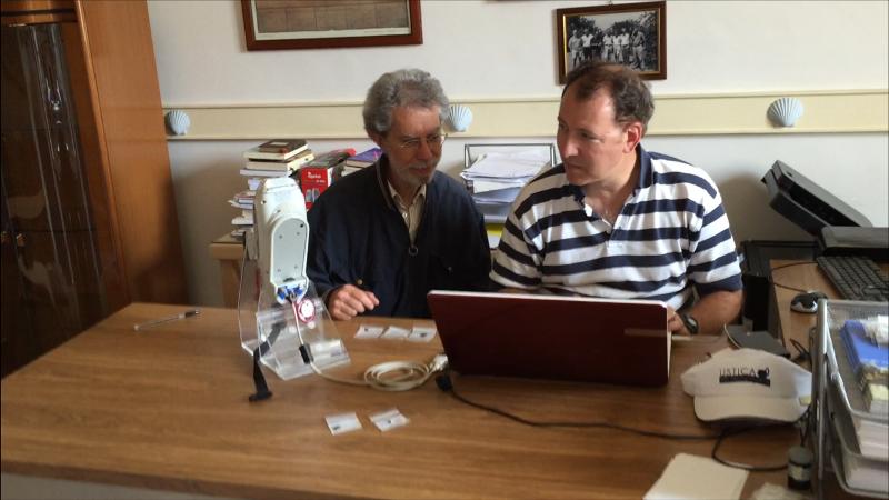 Il Prof. Tykot al Centro Studi con Franco Foresta Martin durante l'analisi di ossidiane con uno spettrometro portatile