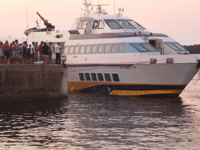 L'aliscafo Ettore Majorana della compagnia Ustica-Lines ha urtato degli scogli dell'isola di Linosa e ha iniziato ad imbarcare acqua, 24 agosto 2011. ANSA/ELIO DESIDERIO