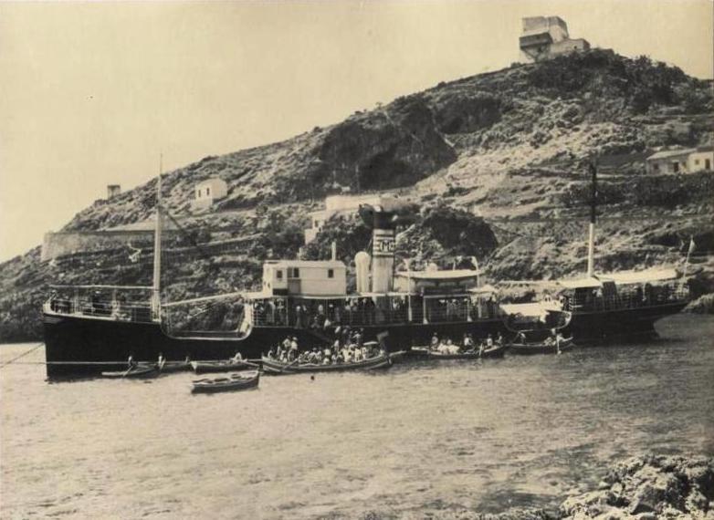 Ustica,  Cala Santa Maria con piroscafo e sullo sfondo la Torre Vecchia
