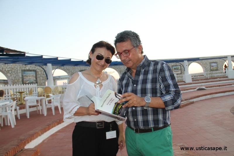 """Massimo Onofri legge un brano del suo libro """"Passaggio in Sicilia""""all'attenta Anna Russolillo"""