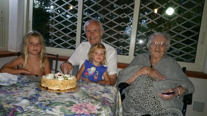 Pippo festeggia il suo compleanno con la mamma e le nipoti. Gabriella