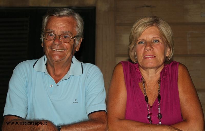 Mario Oddo e la moglie in attesav della  Processione