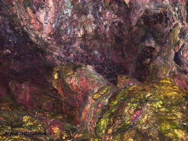 Ustica, pittoresca scogliera all'interno della grotta azzurra