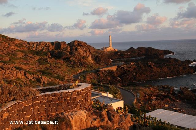 Ustica, Spalmatore con faro Punta Cavazzi