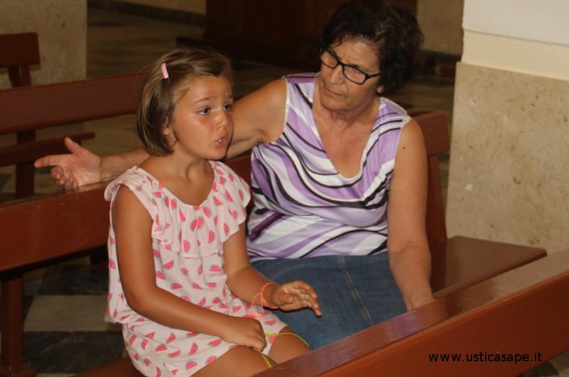 La nonna insegna alla nipotina la litania a San Bartolomeo