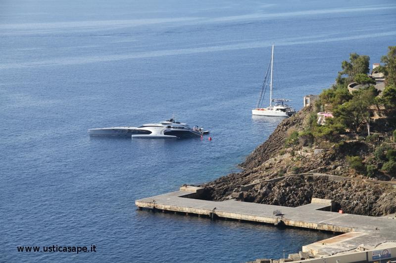 yacht in rada Ustica