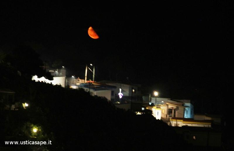 La mezza luna rossa sul Villaggio Pescatori