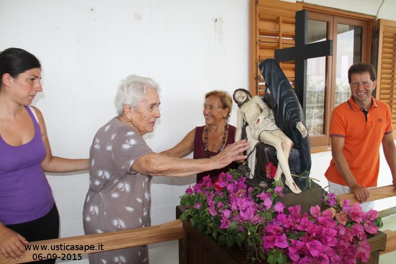 La Madonna in processione viene portata a far visita agli ammalati