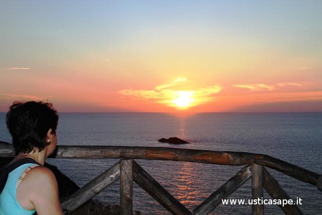 Ustica scoglio del medico,tramonto con turista
