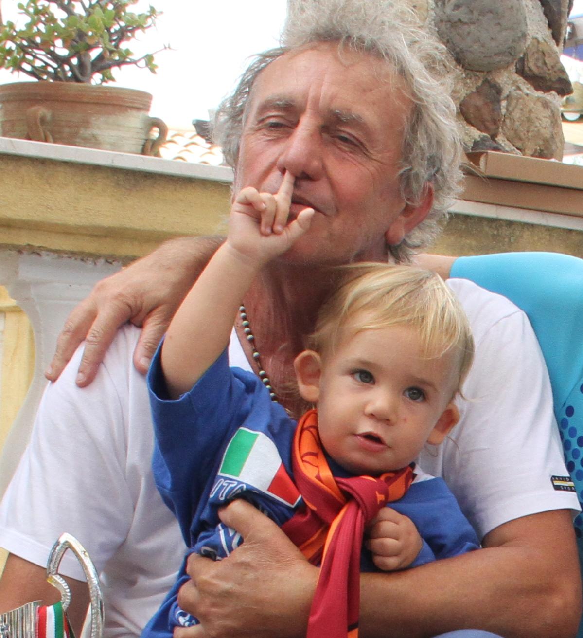 il piccolo Giovanni sottopone il nonna a visita otorinolaringoiatrica