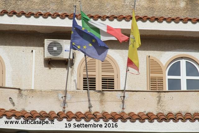 f-c-7929-lutto-nazionale-bandiera-mezzasta