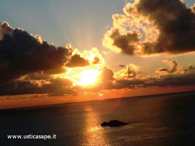 Ustica, tramonto con scoglio del medico