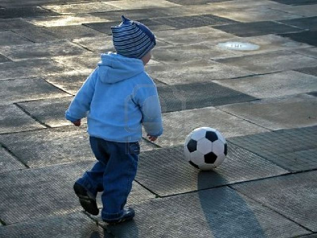 bambino palla